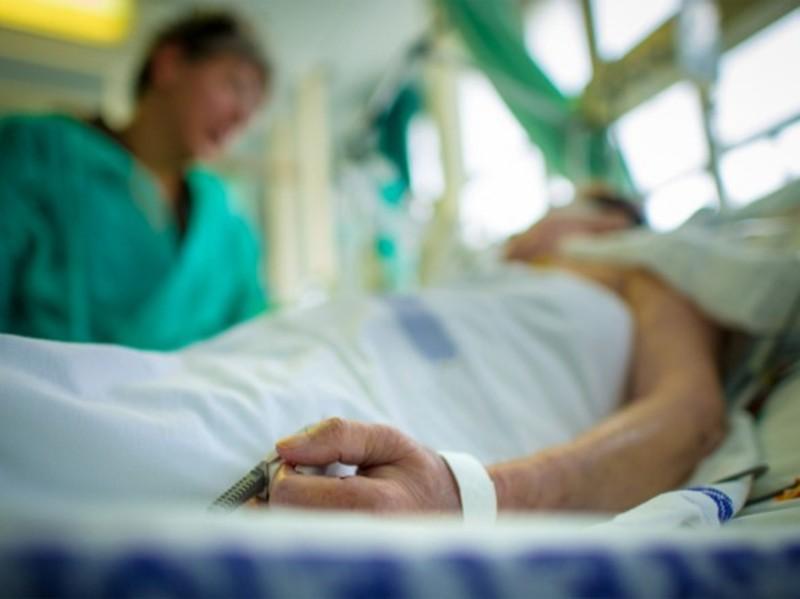 Хворий шепетівчанин досі підключений до апарату штучної вентиляції легень
