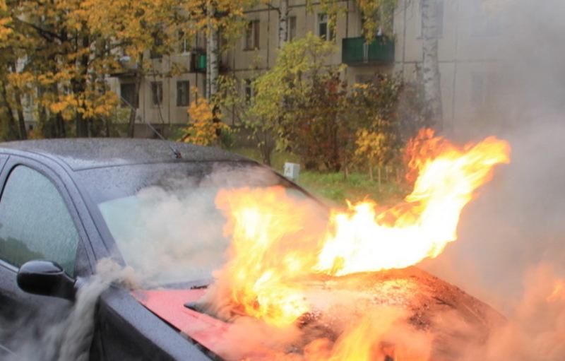 На одній з вулиць Мукачева загорівся автомобіль (ВІДЕО)