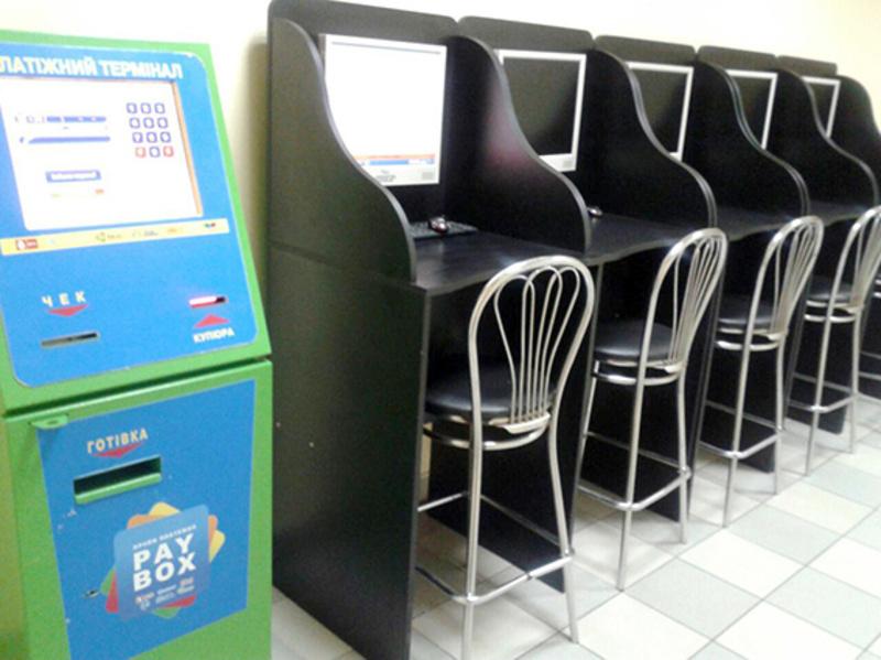 У Шепетівці зал функціонував у приміщенні магазину, а в Полонному був замаскований під інтерактивний клуб