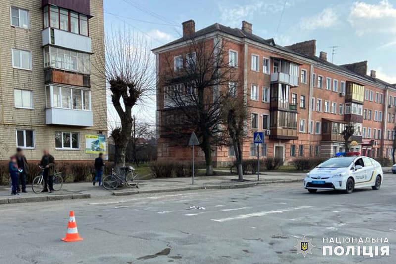 У Шепетівському районі поліцейські оперативно розшукали водійку, яка травмувала 87-річного пенсіонера і зникла з місця події