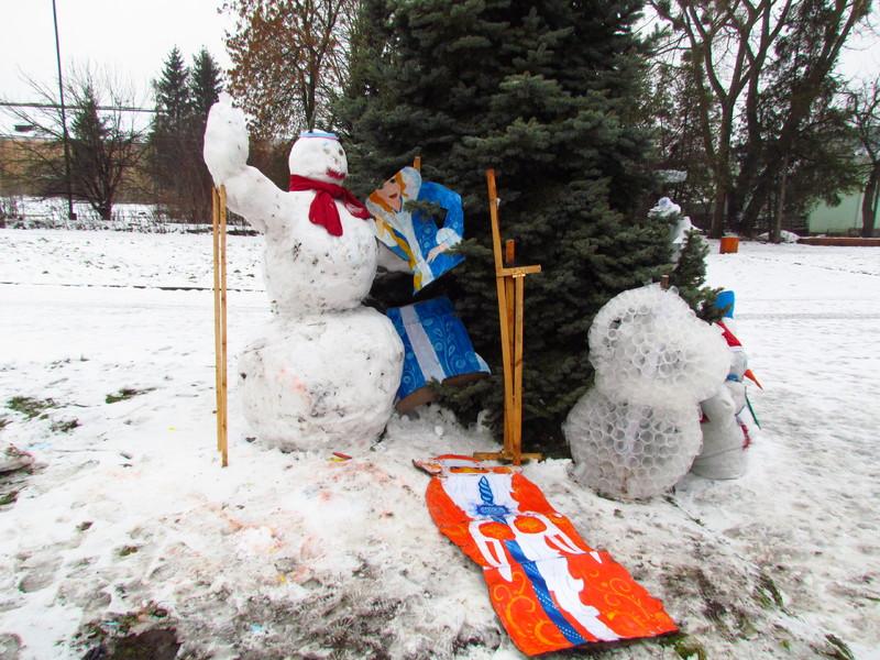 Невідомі пошкодили новорічні щити, зображення Діда Мороза та Снігуроньки