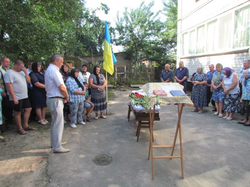 Поховали Анатолія Андрощука на міському кладовищі.