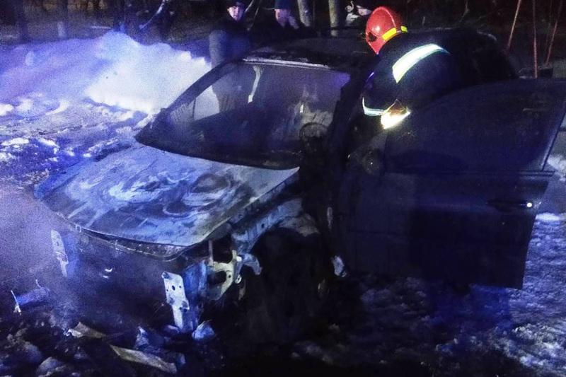 У Шепетівці вогнеборці тушили автомобіль