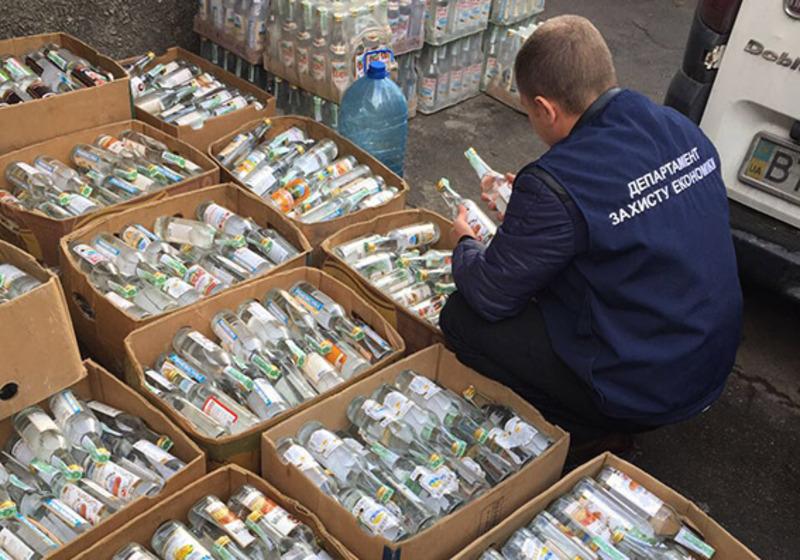 З незаконного обігу вилучили майже 500 літрів спирту, порожні пляшки та акцизні марки