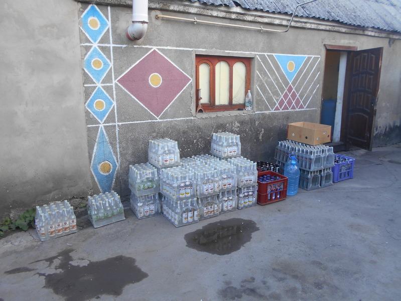 На Хмельниччині виявлено підпільний цех, під час обшуків у якому вилучено фальсифікований алкоголь з підробленими акцизними марками