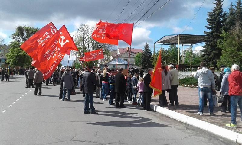 Ветеранські організації прийшли із червоними прапорами