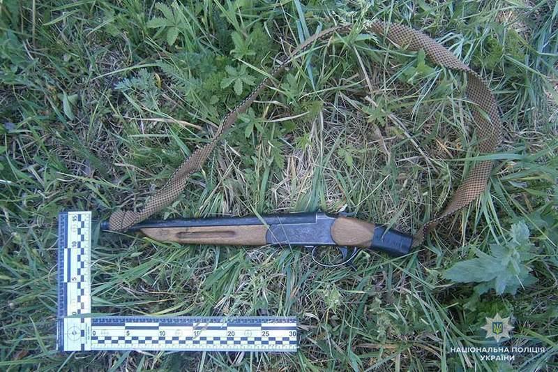 У затриманого правоохоронці вилучили обріз мисливської гвинтівки, 14 набоїв до нього, 3 ножі, а також пакет з канабісом