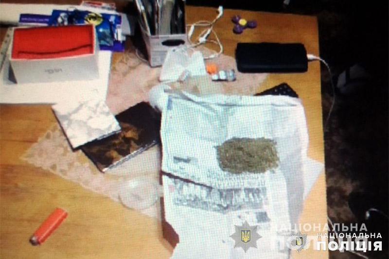 На Хмельниччині поліцейські затримали раніше судимого чоловіка, який займався збутом наркотиків