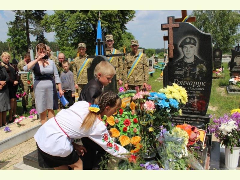 На роковини смерті бійцю поставили пам'ятник