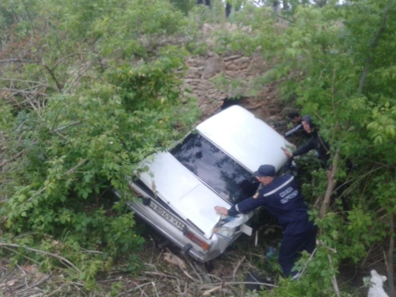 Автомобіль витягували на дорогу рятувальники