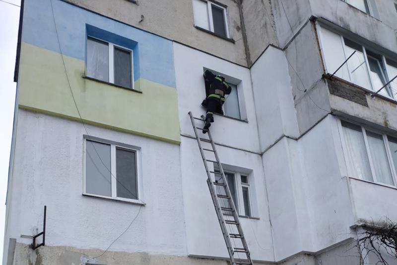 За словами рятувальників, хлопчик не міг самотужки відчинити двері, тож негайно необхідна допомога рятувальників