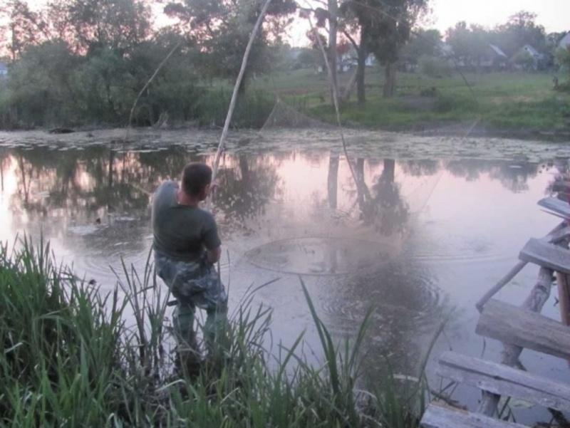 Чоловік ловив рибу за допомогою саморобного знаряддя лову - хватки