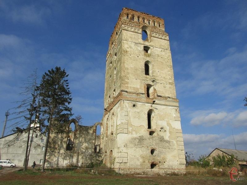 Вежа була і оборонною спорудою, і дзвіницею