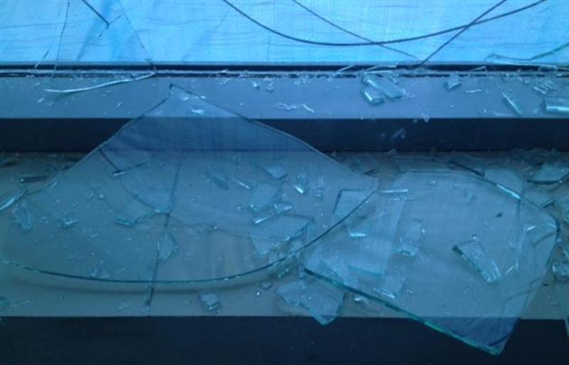 Активісту, який веде боротьбу проти незаконної приватизації бурегів річок побили вікно в будинку