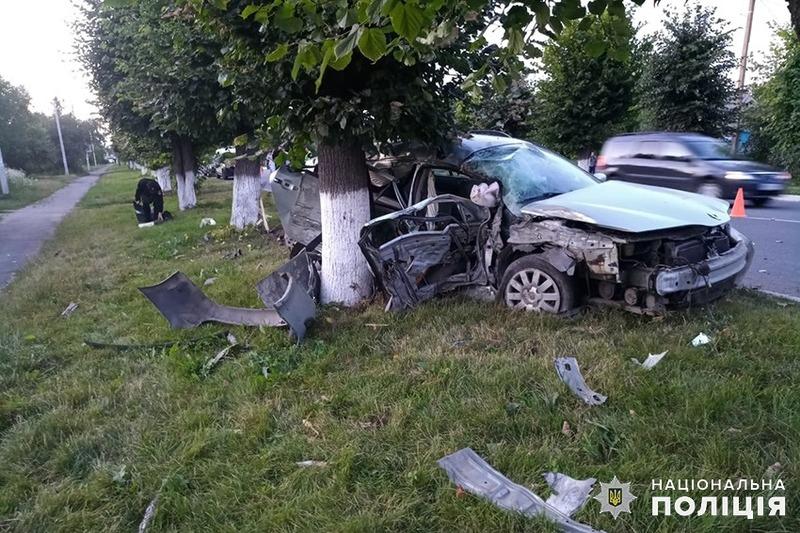 Автомобіль виїхав на зустрічну смугу та зіткнувся з деревом