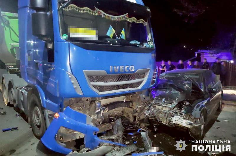 За словами поліції, легковик «БМВ» зіткнувся з вантажівкою «ІВЕКО»