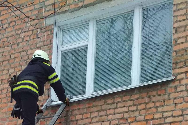 Рятувальники відчинили двері квартири, в якій знаходилась літня жінка