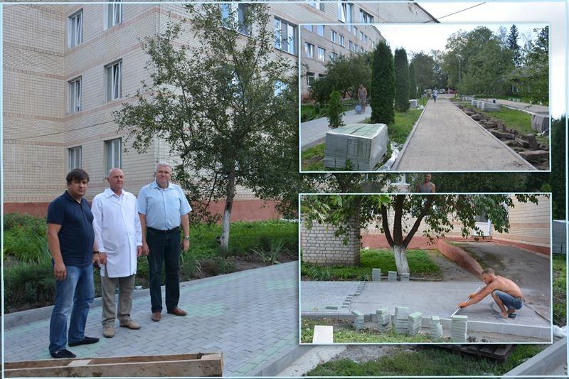На території лікарні вже розпочали роботи із облаштування тротуарних доріжок.