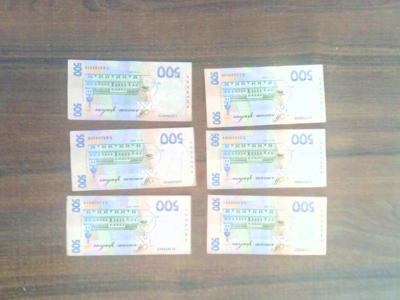 Жінку затримали під час передачі 3 тисяч гривень