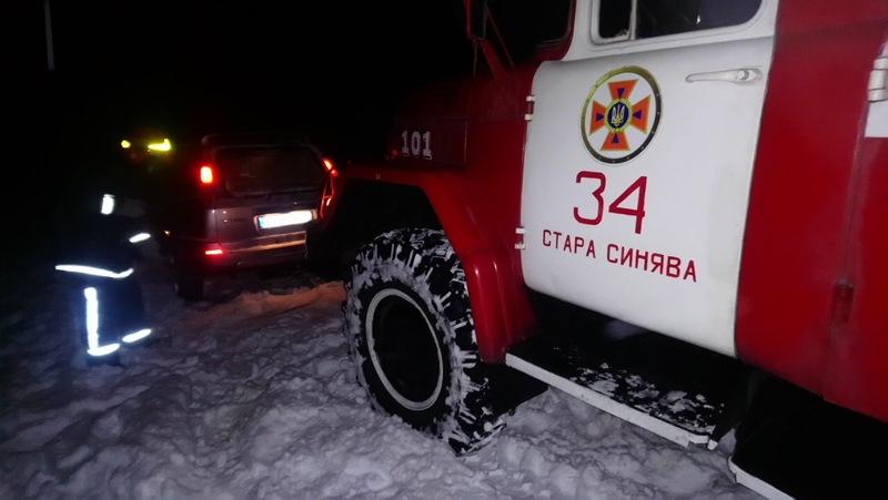 Рятувальники відбуксирували позашляховик на розчищену ділянку