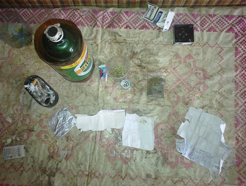 У гаражі правоохоронці знайшли пристрій для куріння та готову до вживання марихуану