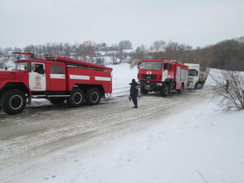 Рятувальники відбуксирували вантажівку
