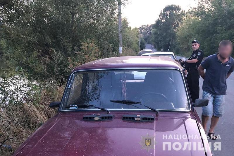 На Хмельниччині під час руху обстріляли автомобіль