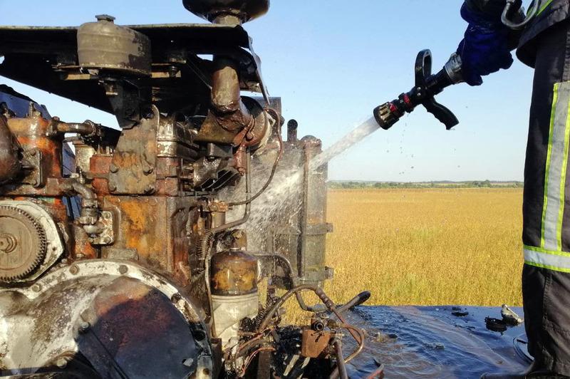 Рятувальники ліквідували пожежу комбайна на полі з соняхом та соєю