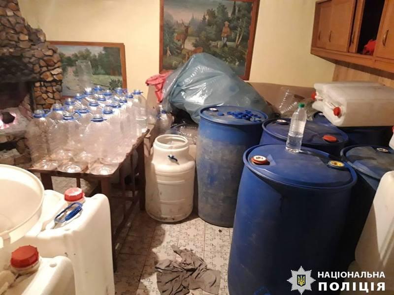 Фальсифіковану алкогольну продукцію розливали в пластикові пляшки різної ємності