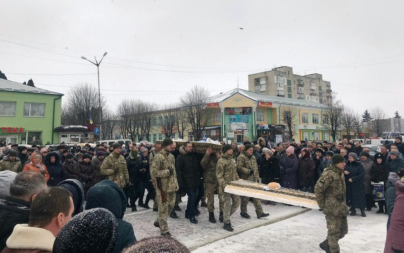 Прощання з солдатом відбулося на центральній площі Волочиська