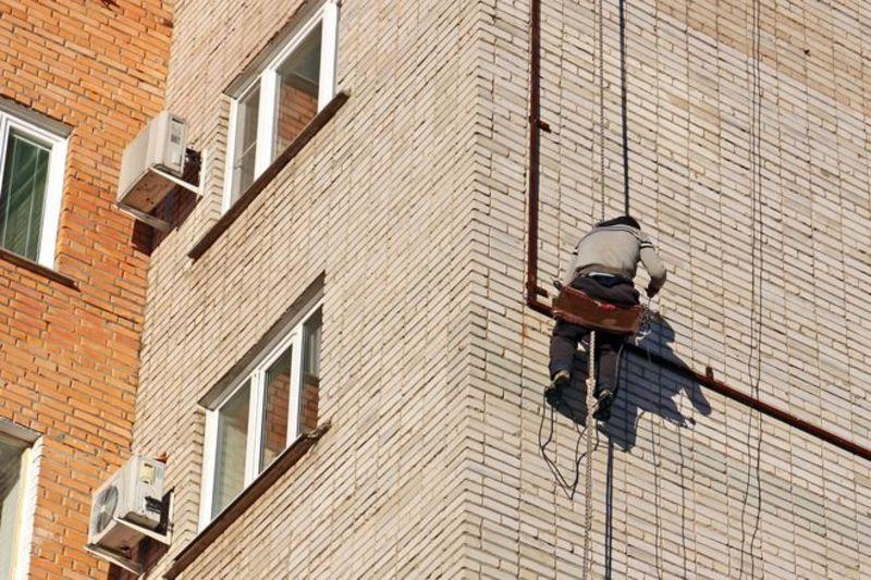 Чоловіка вдалося витягнути через вікно квартири 8-го поверху