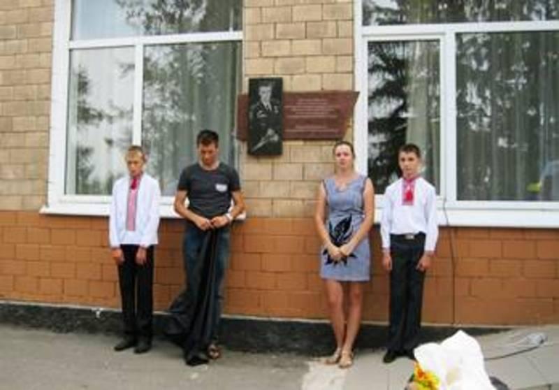 Меморіальну дошку встановили на честь лейтенанта Романа Лабаня, який загинув під Дебальцевим 18 лютого