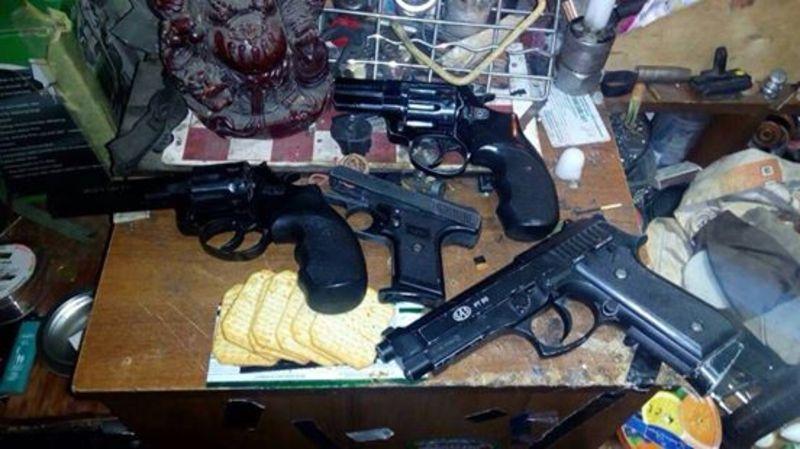 Наркотики та зброю чоловік ховав у гаражі