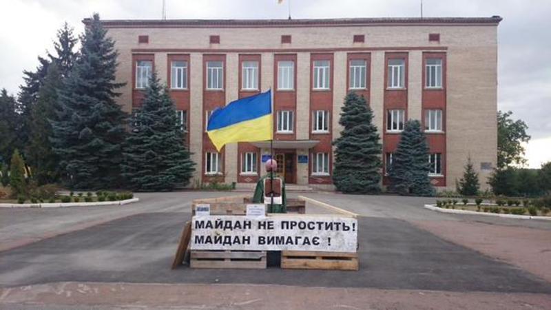 Перед будівлею Дунаєвецької райдержадміністрації знову з'явилися барикади