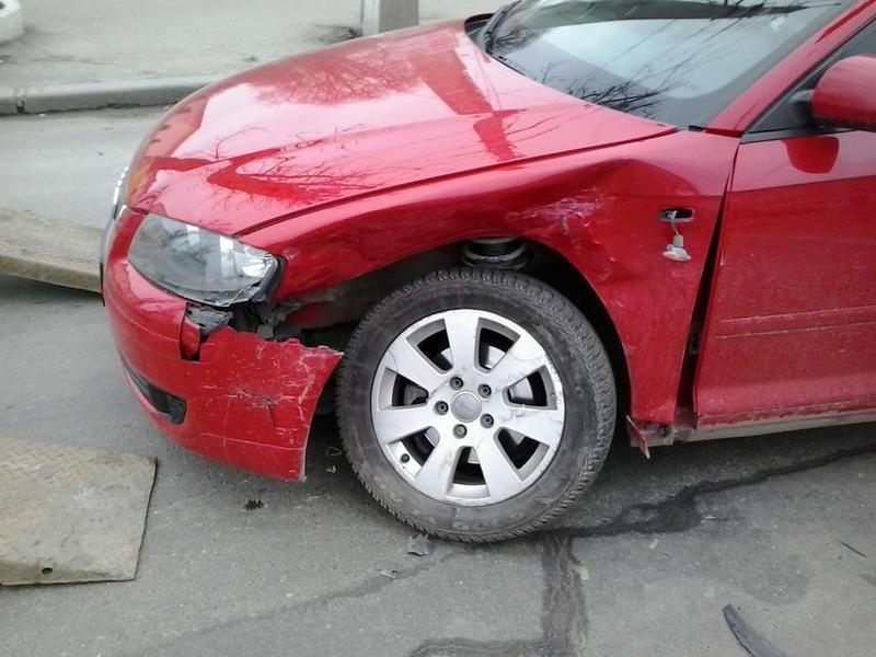 Водій Ауді їхав Соборною, але після удару зліва його автомобіль розвернуло на 90 градусів