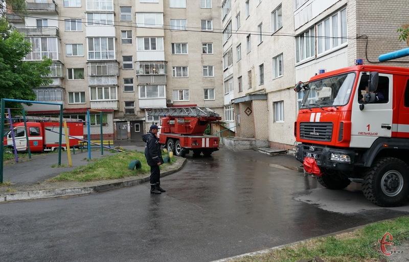 У центрі Хмельницькому, де розташований краєзнавчий музей, загорілася квартира на 8 поверсі