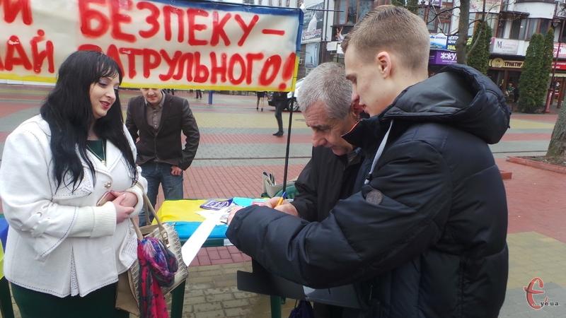 У центрі міста збирали підписи на підтримку патрульних