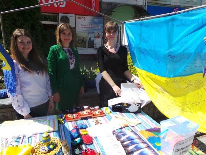 Волонтери продають речі зі Сходу та дитячі вироби, щоб допомогти бійцям