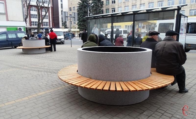 Біля зупинок на Подільській встановили нові місця для сидіння