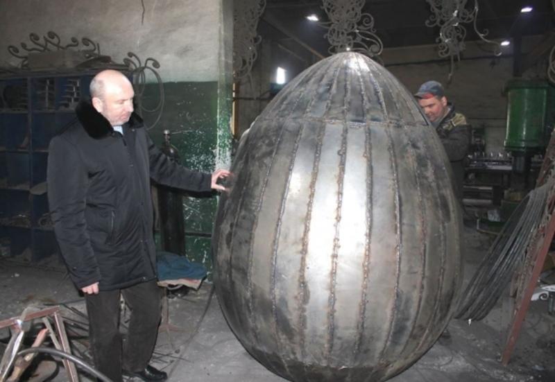 Міський голова Кам'янця Михайло Сімашкевич спостерігає за процесом виготовлення диво-писанки.