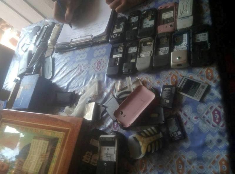 У чоловіка знайшли багато мобілок і зброю