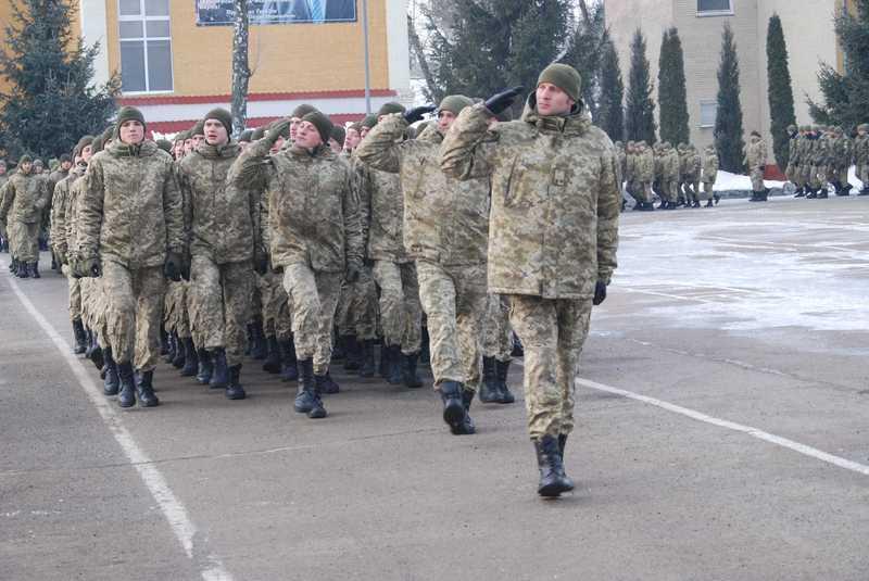 На завершення церемонії вшанування пам'яті Героя України В'ячеслава Семенова прикордонники пройшли урочистим маршем