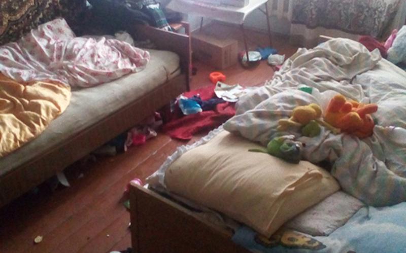 Ось у таких умовах жили маленькі діти, за якими батьки, за словами правоохоронців та сусідів, не доглядали
