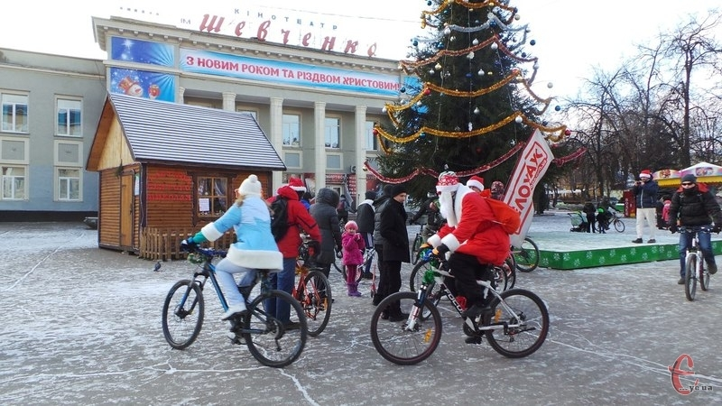 Велосипедисти зупинились біля ялинки