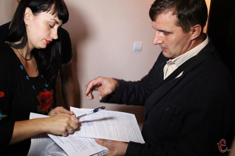 Після того, як слідчий Валерій Федурін вручив копію ухвали суду дружині Ігоря Сабія, правоохоронці зайшли до квартири, до якої не пустили ні адвоката, ні журналістів
