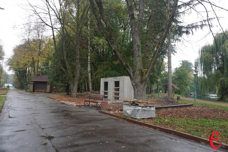Вбиральню споруджують на початку центральної алеї, яка веде до сцени в парку