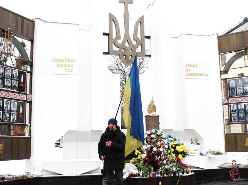 20 лютого хмельничани вшанували пам'ять Небесної Сотні та загиблих в АТО. 24 лютого хтось вирішив розкидати вінки та квіти, які поклали хмельничани