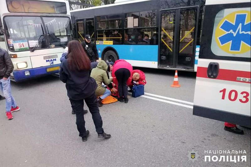 Слідчі Хмельницького відділу поліції з'ясовують обставини, за яких водій маршрутного автобуса скоїв наїзд на двох малолітніх школярів
