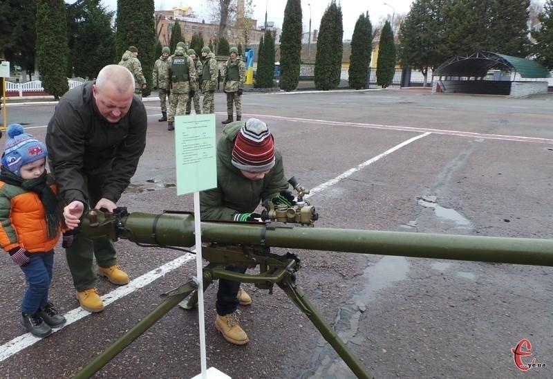 Гостей прикордонної академії дивували технікою та сучасним озброєнням