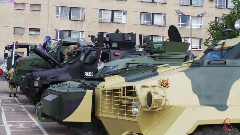 У прикордонній академії презентували бронеавтомобілі, які використовують в зоні АТО